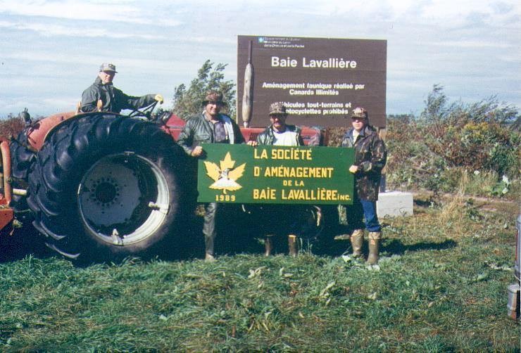Rodrigue Shooner, Robert Angers et Denis Lamothe tenant le premier logo de la SABL.