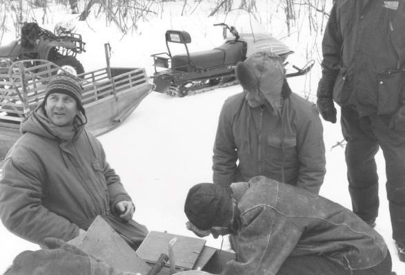 En hiver 1987 ou 1988 - Paul Messier à gauche et Robert Angers au centre (corps droit).