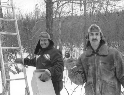 En hiver 1987 ou 1988 - Robert Angers et un bénévole.